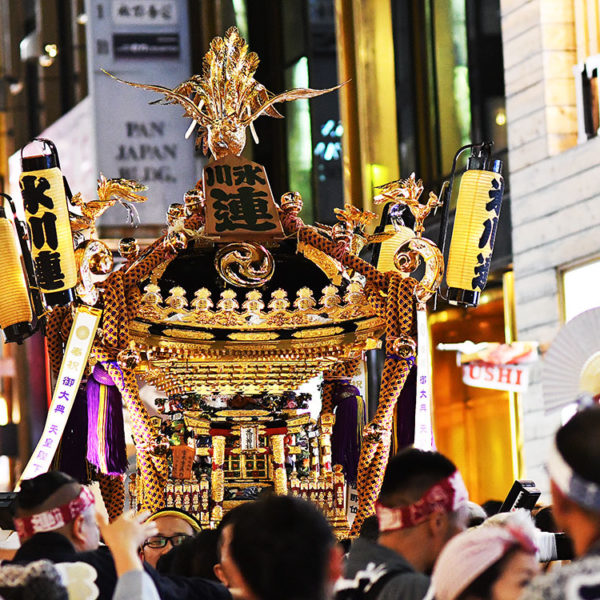 赤坂で夜にお神輿を担いでみた